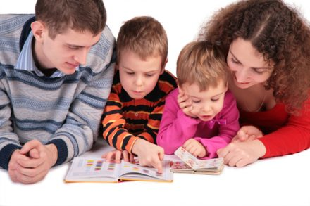 rodina číta